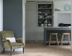 Cranleigh handmade bespoke gray shaker kitchen painted in Farrow and Ball Pavilion Grey and with island in Downpipe Farmhouse Interior, Gray Interior, Room Interior, Interior Design, Kitchen Living, New Kitchen, Kitchen Ideas, Kitchen Diner Lounge, Farrow And Ball Kitchen