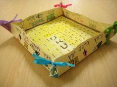 Create your own Matzah holder for #Passover using these simple materials!