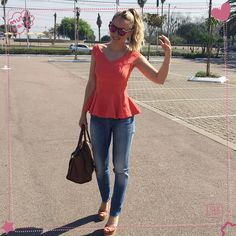 A Helô escolheu nossa blusa peplum laranja para um look versátil e casual. Produção perfeita para cinema, voltinha com as amigas, trabalho...