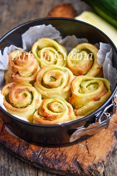Courgette and salmon rose cake in 10 minutes puff pastry recipe Quiche, Seafood Recipes, Snack Recipes, Recipe For 2, Vegan Junk Food, Puff Pastry Recipes, Appetisers, Daily Meals, Finger Foods