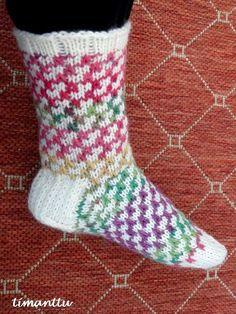 ILOA ITSE TEHDEN: Karkkisukat Knitting Socks, Knit Socks, Mittens, Cute, Pattern, Color, Tejidos, Knit Patterns, Breien