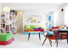 Keltainen talo rannalla: Väriä ja persoonallisia koteja