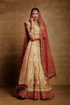 A timeless Tarun Tahiliani bridal lehenga - Indian wedding - Indian bride… Indian Lengha, Red Lehenga, Lehenga Choli, Saree, Golden Lehenga, Floral Lehenga, Indian Bridal Wear, Pakistani Bridal, Bridal Lehenga