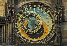 Place de la Vieille ville à Prague : l'horloge astronomique de l'ancien hôtel de…