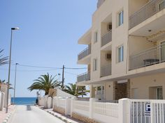 Appartement aan zee in Spanje. Valencia, Bel Air, Villas, Hotel Reservations, Hotels, Multi Story Building, Mansions, House Styles, Travel