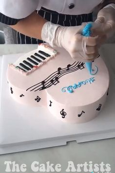 This cake looks absolutely fabulous! Cake Decorating Frosting, Creative Cake Decorating, Cake Decorating Videos, Cake Decorating Techniques, Cookie Decorating, Cake Hacks, Dessert Decoration, Cake Videos, Diy Cake