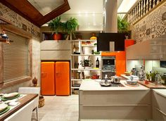 Esta linda cozinha combina tons leves e neutros em bege com destaque para o Patchwork no revestimento superior da parede contrastando com fortes detalhes em laranja. Esta vem sendo uma tendência com as cores fortes aparecendo de forma intensa e arrojada em projetos modernos. #ulishop #arquitetura #arquiteto #instaarch #decor #decoração #design #casa #revestimento #home #homeideas #designinteriores #porcelanato #gourmet #cozinha by ulish0p