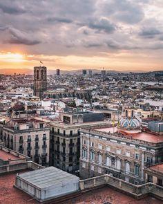 1,165 vind-ik-leuks, 24 reacties - Sam Zucker | Barcelona (@zuckerandspice) op Instagram: 'Dramatic skies from a new vantage point ❤️🌤 Brilliant #sunset brewing over #Barcelona…'