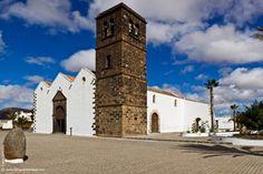 Los Operarios han terminado el pintado y acondicionamiento exterior de la Iglesia de La Oliva, en colaboración con el Ayto de La Oliva y la Diócesis.