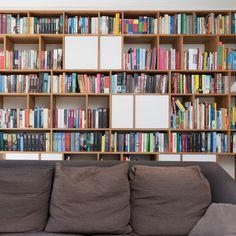 robby aerts » meubel interieur architectuur » ontwerp boekenkast met mediameubel en bureau foto:peter verschoren