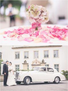 Hochzeitsdeko, Blumendekoration, Oldtimer, weißes Auto, altes Auto, Rolls Royce, Hochzeitsauto, Brautstrauß, Brautkleid, Braut, Bräutigam, Brautpaar, rosa, weiß, Schloss Borbeck, Foto: Violeta Pelivan