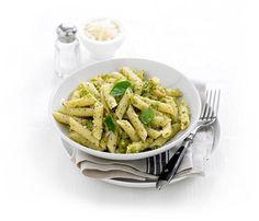 Ingrediënten voor 4 salades: 400 gram vlindertjes pasta of penne 2 handjes mesclun (gemengde bladsla: veldsla, rucola) Verse basilicum (ongeveer de helft van een plantje uit de winkel) 1 grote knof…