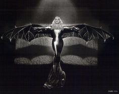 Mae West dans le film Belle of the Nineties en 1934 - Avant que le personnage de Batman que l'on connait tous soit créé en 1939 pour apparaître dans le n°27 de Detective Comics les costumes de chauve-souris étaient déjà populaires depuis très longtemps, avec des illustrations et des photographies qui remontent au moins jusqu'en 1887.