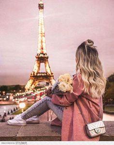 Sweet dreams all the way from Paris 😍 Paris Pictures, Girly Pictures, Paris Photos, Beautiful Paris, Paris Love, Cute Girl Wallpaper, Cute Wallpaper Backgrounds, Paris Photography, Girl Photography Poses