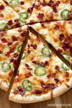 Extra cheesy thin crust jalapeño popper pizza with salty bacon crumbles! Your favorite appetizer in pizza form! Healthy Pizza Recipes, Cooking Recipes, Grilled Pizza Recipes, Flatbread Pizza Recipes, Chicken Recipes, Baked Chicken, Pasta Recipes, Healthy Foods, Soup Recipes