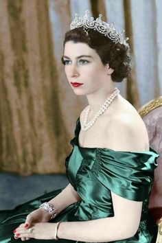 August 1949 - Queen Elizabeth II, then Princess Elizabeth, wears a silver gown with a diamond tiara and pearl necklace. Hm The Queen, Royal Queen, Her Majesty The Queen, Queen Mary, Reine Victoria, Queen Victoria, Elizabeth Queen, Prinz Philip, British Royal Families