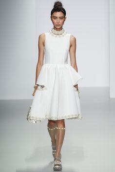 Guarda la sfilata di moda Simone Rocha a Londra e scopri la collezione di abiti e accessori per la stagione Collezioni Primavera Estate 2014.