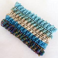 Pulseira Azul feita com miçangas. R$ 10,00