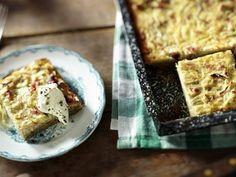 Ein Blech saftiger Zwiebelkuchen ist schnell gemacht und schmeckt warm und kalt. Als kleine Häppchen geschnitten bereichert er jedes Fingerfood-Buffet.