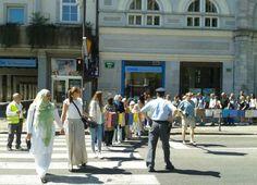 """Na kosih blaga, ki jih je nosila """"veriga"""" ljudi, so imena ubitih v Srebrenici."""