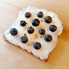 Plain Greek Yogurt, Blueberries & a Sprinkle of Cinnamon {Energy Breakfast}