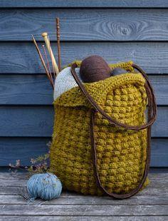 Tasken er stor og rummelig og garanteret lige sådan én, du mangler. Finishen er i top med en god tweedkvalitet og solide ruskindshanke.