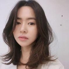 หั่นสั้นให้ได้ลุคชิค กับ ผมยาวประบ่า สไตล์ผู้หญิงเท่ผสมเปรี้ยว สวยเฉียบ ชิคกว่าใคร Undercut Hairstyles, Trendy Hairstyles, Girl Hairstyles, Medium Hair Styles, Curly Hair Styles, Middle Hair, Asian Haircut, Shot Hair Styles, Hair Affair