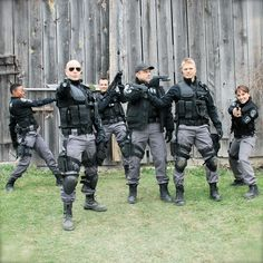 Amy Jo johonson / David Paetkau / Enrico Colantoni / Hugh Dillon / Flashpoint What?Greg is pointing at Sam lol Flashpoint Tv Series, David Paetkau, Amy Jo Johnson, Flash Point, Cop Show, Silly Faces, Movies Playing, Great Tv Shows, Music Tv