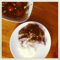 Heidi kocht steiriatisch: Reis mit Gemüse, Rind + Kokosmilch und Paradeiser-Lauch-Salat mit Kernöl + Apfelbalsamico
