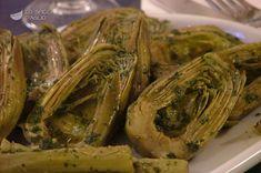 Carciofi in padella-4 carciofi 1 limone 250 ml di Brodo vegetale 1 cucchiaio di olio extravergine di oliva 4 rametti di prezzemolo 1 spicchio di aglio Sale fino Pepe nero macinato al momento Tratto da: http://www.lospicchiodaglio.it/ricetta/carciofi-padella#ixzz3wC4MIJ6x