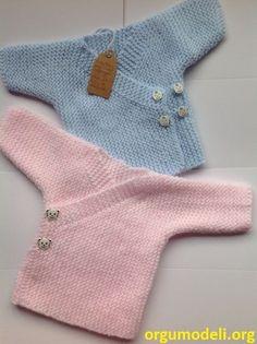 """Patrón en español para la realización de este precioso conjunto para bebe de 6 a 9 meses. Nivel de dificultad: medio Materiales: 2 madejas de lana tipo MAMA (lana de bebe) azul claro 2 madejas de lana tipo MAMA (lana de bebe) azul oscuro 13 botones Ag. del nº 4 Si en lugar del patrón quieres la prenda ya realizada escribeme un email (gczalba <a href=""""/tag/yahoo"""">#yahoo</a>.es) y te damos más detalles de precio, colores y tiempo de realización."""