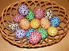vyfúkané vajíčka, maľované bielou farbou a dekorované polymerovou hmotou, lakované. K dispozícii mám 10 hotových vajíčok vo farbách: 1x žlté, 2x oranžové, 1x ružové, 2x fialové, 1x zelené, 2x modré, 1...