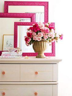 El contraste de los marcos de los espejos con las flores, no crees que sea una buena idea?