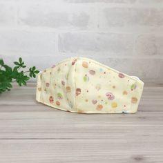いろいろなスイーツがプリントされたWガーゼで立体マスクを作りました。 Wがーぜを4枚重ねているのでしっかりした作りになっています。 ゴムは縛ってありませんのでお好みの長さでお使いください。●カラー:黄色 茶 赤 緑 紫 水色 オレンジ●サイズ:平置きにして約横20センチ 縦8.5センチ●素材:Wガーゼ●注意事項:お洗濯はネットに入れることをオススメします。●作家名:la stoffa#立体マスク #ガーゼマスク #子供マスク #キッズマスク#子供用 #通園 #通学 #入園入学準備 #給食用 #経済的 #かわいい #おしゃれ #可愛い #風邪予防 #花粉症対策 #肌に優しい #軽いつけ心地 #フィット感 #何度も洗える #ダブルガーゼ #Wガーゼ #4枚重ね #調節可能 #立体マスクハンドメイド #ハンドメイド…