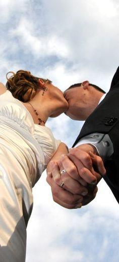 Aprovecha el cielo azul en el día de tu boda para hacer unas fotos espectaculares