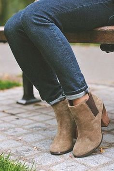 Bota cano curto marrom Fall Ankle Boots, Ankle Boots Skinny Jeans, Wide Ankle Boots, Spring Boots, Mid Calf Boots, Brown Booties, Brown Heels, Suede Booties, Rolled Jeans