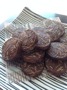 香ばしいアーモンド入りのとっておきココアクッキー