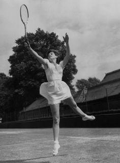 Tenis od samego początku był bardzo stylowy. Wszystko zaczęło się w XVIII wieku. Na francuskim dworze grano wówczas w tzw. grę dłonią. Już wtedy liczyły się nie tylko umiejętności gracza, ale również to, jak wyglądał. Więcej - http://louloublog.pl/modny-tenis/