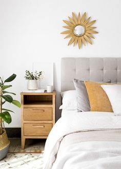 Neolm mesita de noche Bed Furniture, Furniture Design, Night Table, Home Decor Inspiration, Decor Ideas, My Room, Townhouse, Sweet Home, Bedroom Decor
