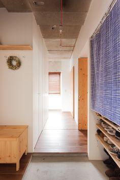 シンプルながらも遊び心を感じられる玄関部。#K様邸練馬高野台 #玄関 #廊下 #コンクリート打ちっぱなし #モルタル #インテリア #EcoDeco #エコデコ #リノベーション #renovation #東京 #福岡 #福岡リノベーション #福岡設計事務所 House Rooms, Home, Ad Home, Homes, Haus, Houses