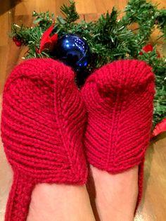 Neuloosi vaivaa neljässä sukupolvessa. Isomummi 96v, mummi 68v, minä 45v ja minun lapset 20, 18, 14 ja 10v. Puikot viuhuu! :) Knitting Stitches, Knitting Socks, Knitted Slippers, Fingerless Gloves, Arm Warmers, Winter Hats, Crochet, Shoes, Fashion