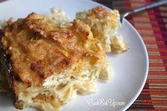 Φιογκάκια ανακατεμένα με λευκή ελαφριά σάλτσα φέτας και ξεροψημένο κίτρινο τυρί στην επιφάνεια, δεν θα σας βοηθήσουν καθόλου να περιοριστείτε σ΄ένα μόνο κομμάτι!