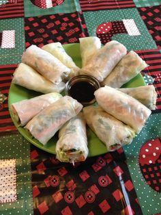 Ideaal als snack tijdens een feestje: groenterolletjes met rijstpapier! Je kunt ze vullen met van alles wat je lekker vindt en variëren met vega, vis en v