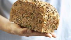 BAKE BRØD: Velg gjerne et næringsrikt fullkornsmel av rug, havre eller spelt, og eksperiementer med ulike frø. Foto: Scanpix Norway