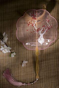 长安月 — Traditional Chinese 团扇Tuanshan( round fan) by 春晼晚. Chinese Embroidery, Hand Embroidery Art, Embroidery Designs, Chinese Fans, China Art, Fantasy Jewelry, Hair Jewelry, Japanese Art, Handmade
