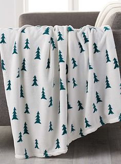 Exclusively from Simons Maison     A cute graphic print in a contrast of forest green against soft ivory that will bring the magic of the holidays to your winter decor.    Ultra soft and smooth polar fleece fibre   Cocoon-like oversized style   130 x 180 cm