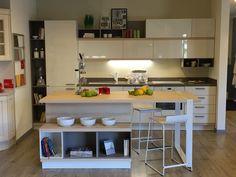 #Cucina #Scavolini modello #Foodshelf: anta laccato lucido bianco prestige ed elementi a giorno decorativo grigio selce #castellettiarredamenti #Kitchen #interiordesign #living #isola