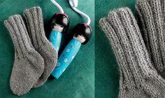 Se strikkeopskriften her. Knitting For Kids, Knitting For Beginners, Baby Knitting Patterns, Knitting Socks, Knitted Hats, Chrochet, Knit Crochet, Baby Barn, Baby Booties