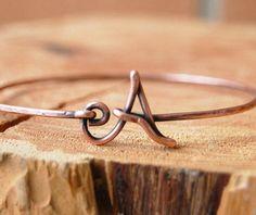 Bracelet initiale. Bracelet jonc. Cuivre oxydé. Bijoux de fil.