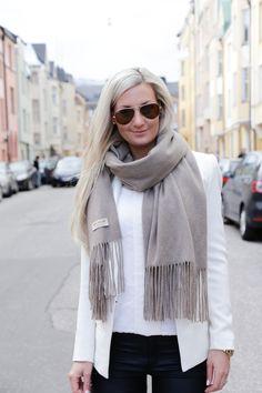 outfit_blazer_white_balmuir_scarf_cashmere_sand-5.jpg 700×1050 pikseliä